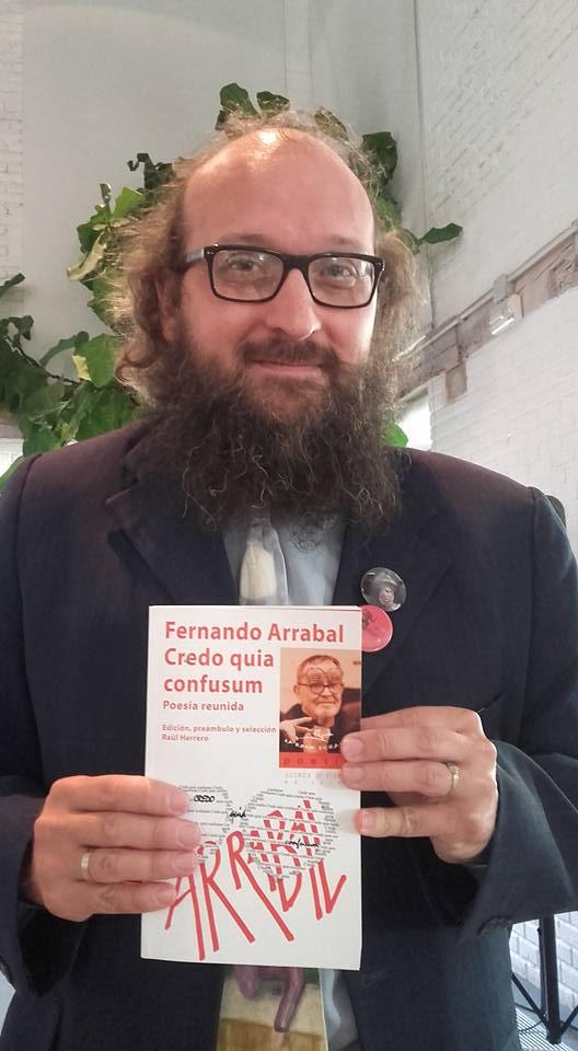 20160606181152-raul-herrero-con-el-volumen-poesia-reunida.jpg